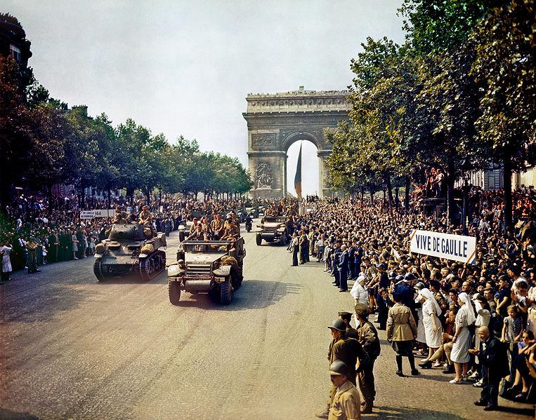 Paris - 25 août 1944 dans Pour les amis bloggeurs! 763pxcrowdsoffrenchpatriotslinethechampselyseesedit2